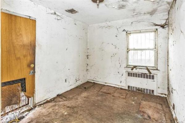 Дом на продажу выглядит мило снаружи, но внутри него - чад разрухи. Ведь комнаты будто вышли из хоррор-игры