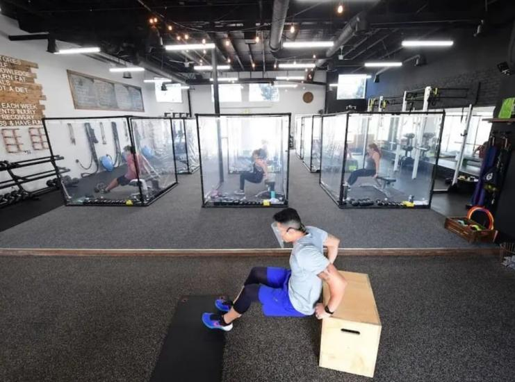 Фитнес-центр поместил клиентов в пластиковые боксы. Так выглядит будущее, но многие к нему не готовы