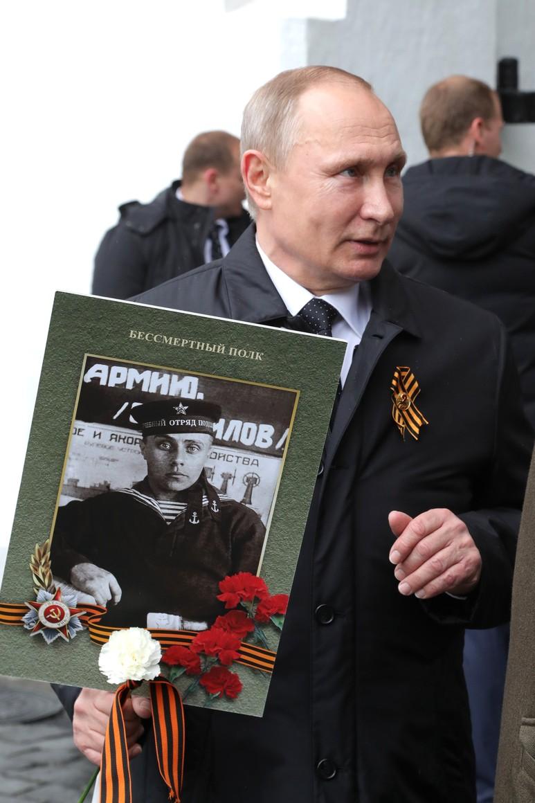 """В твиттере нашли """"настоящего"""" отца Владимира Путина. И удивительные совпадения их судеб наводят страх на людей"""