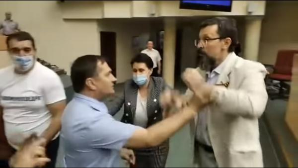 Мода на драки депутатов вернулась в Россию. На видео из Саратова единороссы и коммунисты бьются бутылками