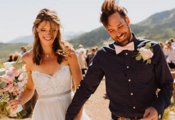 Невеста посмотрела снимки с собственной свадьбы и счастлива, но не новому мужу. Фото помогли спасти ей жизнь