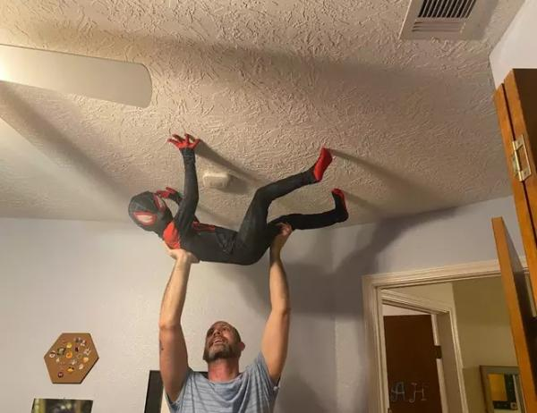 Мальчик надел костюм Человека-паука и залез на потолок. Но помог не паучий укус, а хорошая наследственность