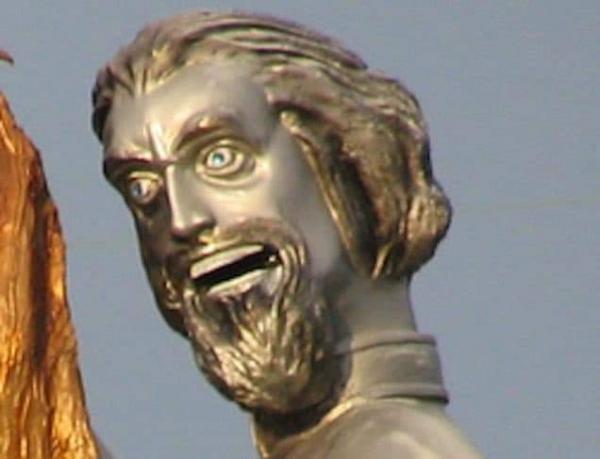 Борцы с расизмом увидели памятник создателю Ку-клукс-клана. Эта статуя выглядит так, что сбрасывать её нельзя
