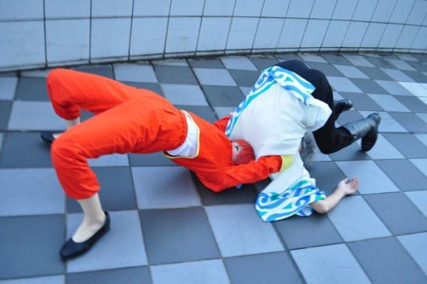 Японка-косплеерша пришла на фест и кинула с прогибом коллегу. Но их реслинг закончился не дракой, а свадьбой