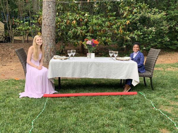 Из-за COVID-19 девушка не попала на выпускной. Но ребёнок устроил ей праздник, о котором мечтают тысячи людей