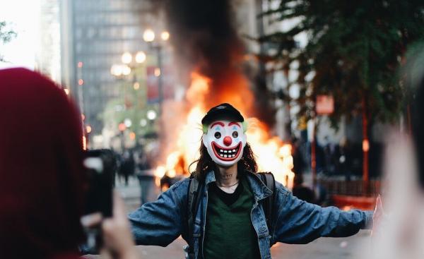 Парень в маске Джокера поджёг полицейскую машину на протесте. И попался на детали, которой не было в фильме