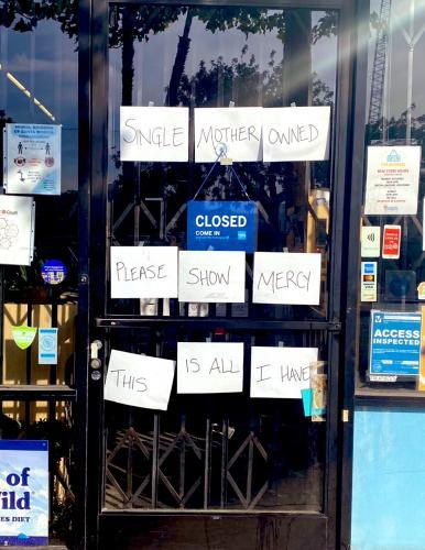 Владелица магазина в США оставила на дверях послание мародёрам. И людям от него очень грустно и стыдно