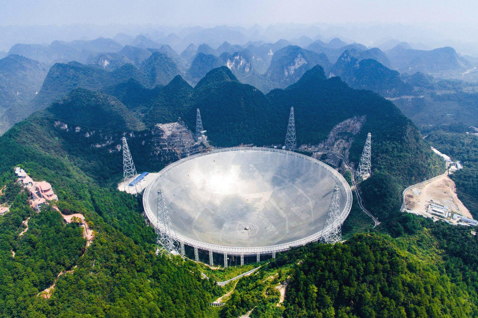 Китай развернул к небу самый большой в мире телескоп. И неспроста — он ждёт, что из бездны посмотрят в ответ