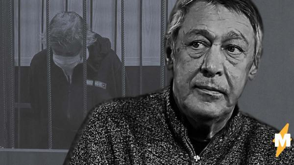 По утверждению СМИ, Михаил Ефремов пытался покончить с собой. И, судя по фото с суда, они могут быть правы
