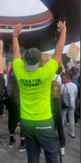 """На протесте в США копы повязали парня в футболке с надписью """"Сенатор"""". Зря не поверили принту, но уже поздно"""