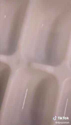 Девушка показала, как правильно наполнять формочку для льда водой. Хватило 10 секунд, чтобы сломать людям мозг