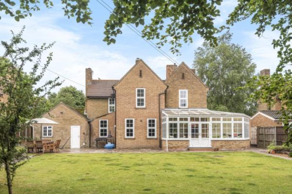 В Англии продаётся дом с секретом в саду. Раньше он был , а сейчас - мечтой заядлого тусовщика