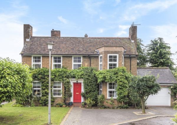 В Англии продаётся дом с секретом в саду. Раньше он спасал людей, а сейчас п
