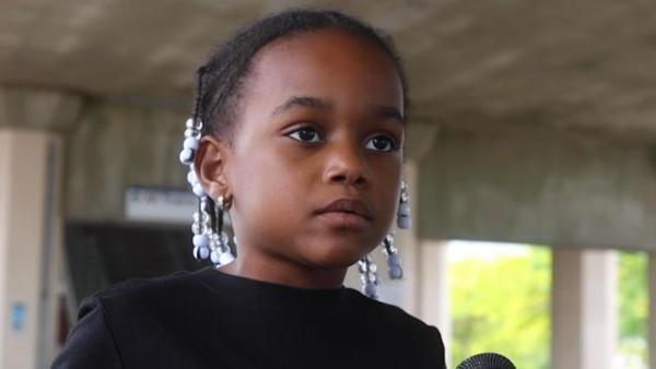 У протестующих в США - новая героиня, и ей всего 7 лет. Но кроха такая суровая, что её лицо испугает любого