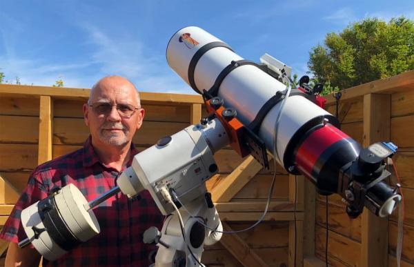 Мужчина постоянно путешествует к Солнцу и делает снимки его поверхности.