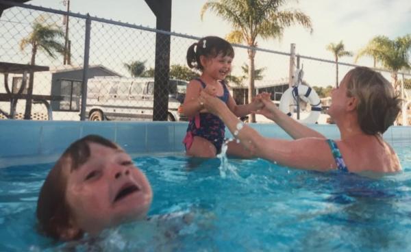 Мем с тонущим в бассейне ребёнком обрёл новую жизнь. Теперь главная жертва игнора - скелет, а не мальчик