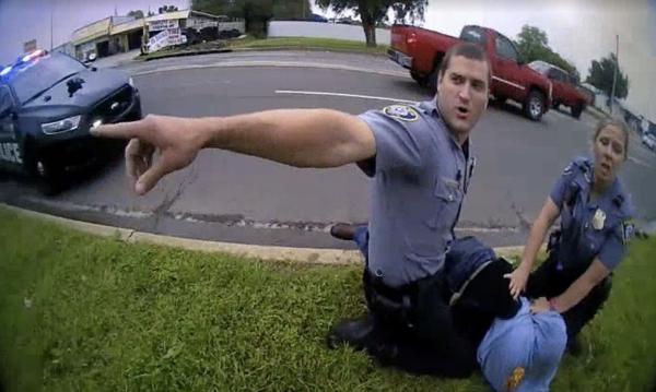 Полицейских застали за удушением темнокожего. И случай с Джорджем Флойдом больше не кажется людям странным