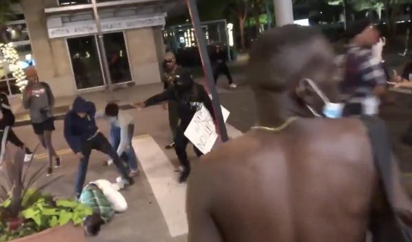 Протестующие в Далласе жестоко избили парня с мечом. Но люди узнали, кто этот воин, и не хотят его жалеть