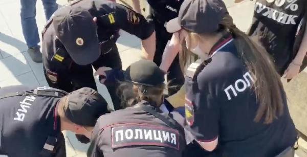 """""""Что за школьниц в полицию набрали?"""" Люди увидели, как женщины задерживают женщин - и это торжество прогресса"""