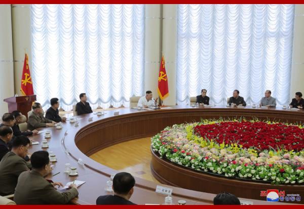 Ким Чен Ын, довольный, здоровый и живой, порадовал мир новыми фото. И даже надел парадную белую рубашку