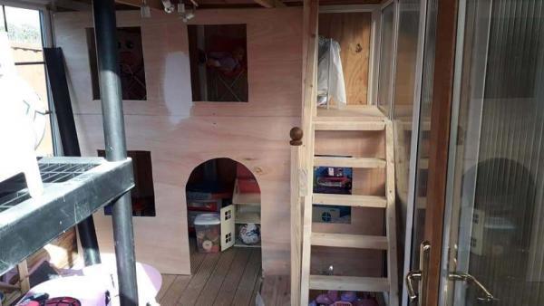 Парень за неделю построил сестрёнке дом. И теперь компании вовсю зовут его на работу, хотя ему всего 14 лет