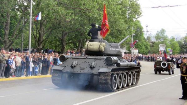 Легендарный Т-34 припугнул зрителей парада Победы в Севастополе. Старенький танк чуть не въехал в толпу