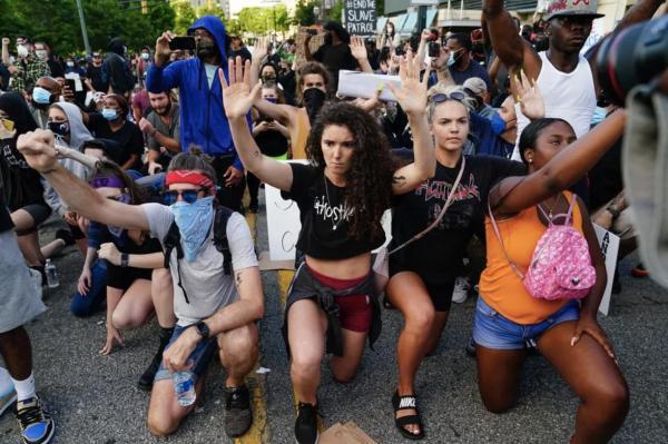 Белые люди целуют ботинки темнокожих в США. Но россиянам трудно поверить глазам и принять такую демократию
