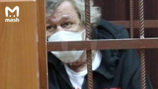Михаил Ефремов пытался покончить с собой, утверждают СМИ. Однако видео с ДТП опровергают эту теорию