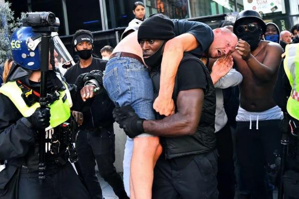 Фото темнокожего, спасающего националиста от толпы, разошлось по Сети. Теперь он объяснил, зачем это сделал