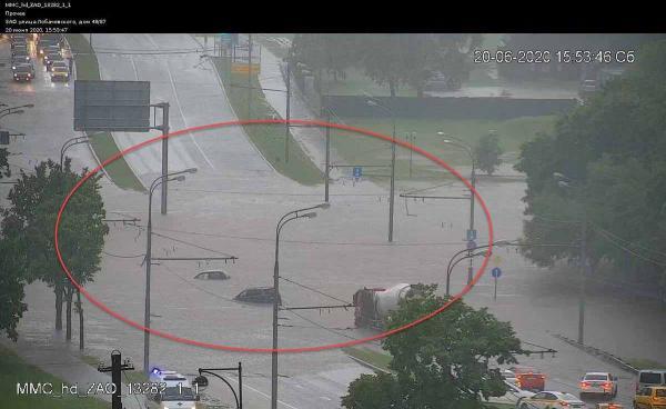 Москва ушла под воду. Cильнейший ливень затопил улицы, но поливальные машины продолжили работу