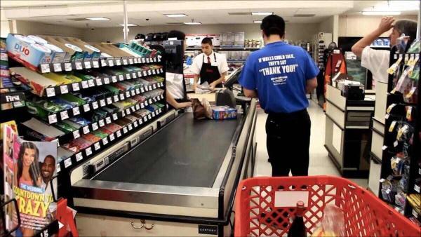 Женщина увидела обвиняемого в убийстве Флойда в магазине. Но люди против хейта, ведь им очень жалко мужчину