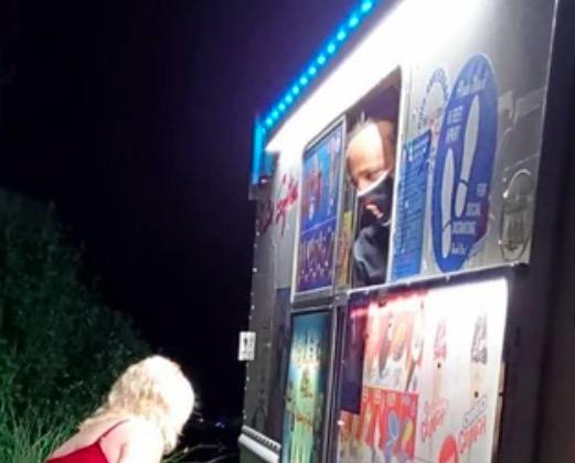 Именинница получила на день рождения фургон мороженого. А людей волнует её возраст - угадать его невозможно