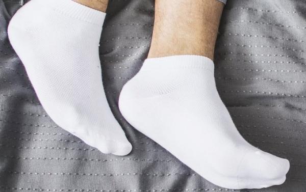 Адвокат рассказал об обычае в семьях Японии, где жёны надевают мужьям носки. И это удивило даже японцев