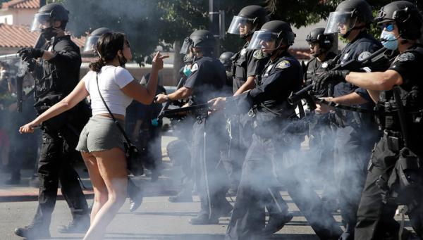 Протестующие в США целуют ботинки темнокожих.