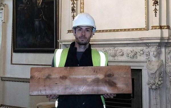 Рабочие чинили крышу особняка и нашли послание от коллег из прошлого. Те затроллили хозяина на 200 лет вперёд