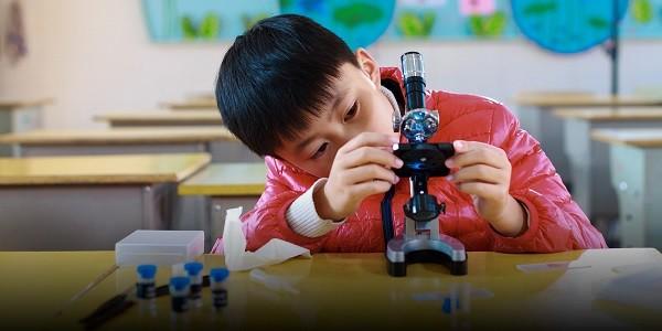 Мальчик получил научную премию по биологии, но гений не он. Просто батя слишком усердно помог ему с домашкой