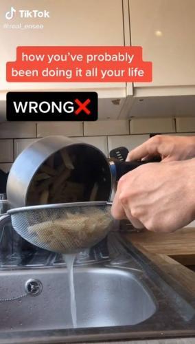 Знаток хотел научить людей варке макарон и показал, как работает дуршлаг. Жаль, он не знал, как тот выглядит