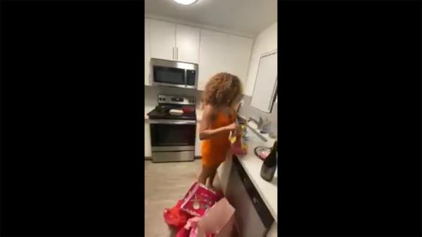 Муж подарил жене на день рождения свёрток, но содержание девушку не обрадовало. Этот предмет разрушил их семью