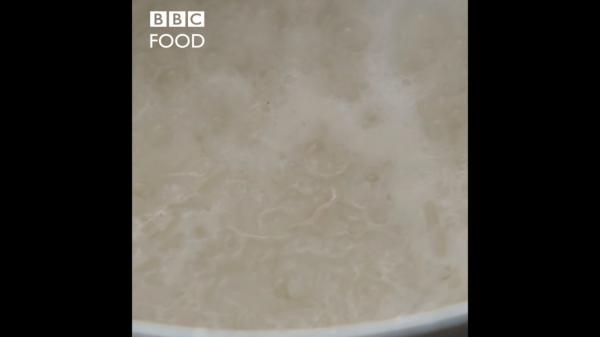 Ведущая BBC приготовила рис и людям стало плохо от увиденного. Ведь она сделала неправильно всё, что возможно
