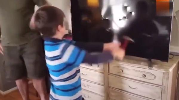 Мальчик молотком разбил ТВ беспомощных родителей, и у твиттера бомбит. Но это видео не так просто, как кажется