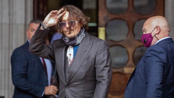 Джонни Депп начал процесс против британского таблоида. Но на зарисовке из зала суда актёра невозможно узнать