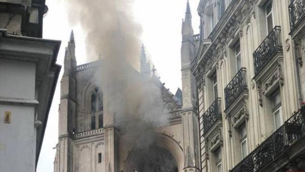 Во Франции горит собор Святых Петра и Павла. Огонь достигает свода, и пожар уже сравнивают с Нотр-Дамом