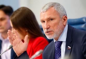 Депутат Госдумы предложил гомосексуалам стать натуралами. Но у троллей есть для политика свои идеи