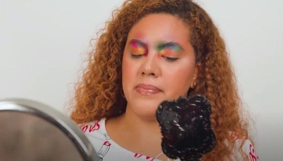 Можно ли использовать 77 теней для одного макияжа? Блогерша дала ответ и (эпично) показала его на себе