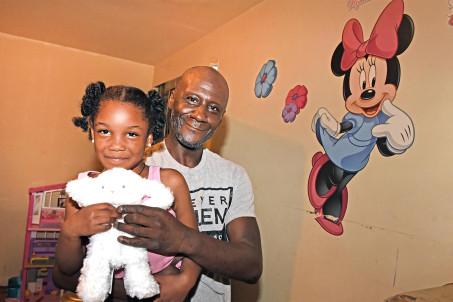 Мужчина услышал громкие звуки и побежал в комнату дочери. Девочки в этот дома, и это спасло ей жизнь