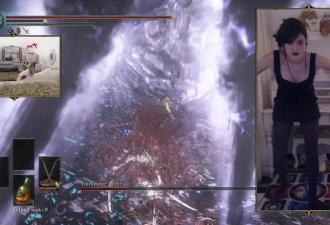 Ловкость ног и никакого мошенничества. Стримерша крушит врагов в Dark Souls прямо на танцплощадке — буквально