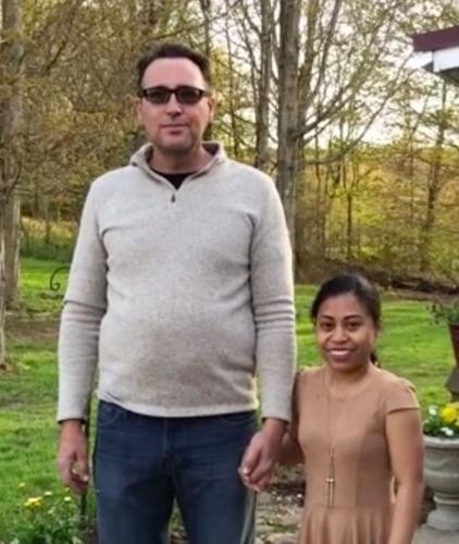Мужчина женился на девушке, а теперь объясняет людям, что не её отец. Ещё бы - он выше супруги на целый метр