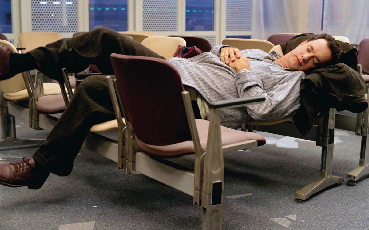 Мужчина на 100 дней застрял в аэропорту и мечтал выбраться. Но когда выпал шанс - забыл, что такое расписание