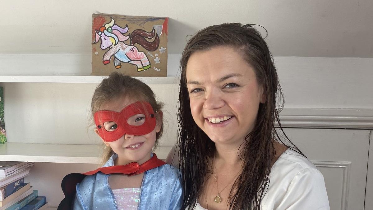 Девочка прервала интервью мамы на ТВ, чтобы поставить картину. И для людей её задача важнее борьбы с COVID-19