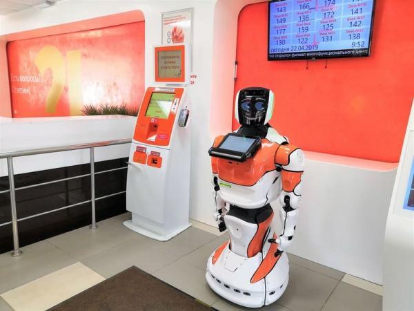 Где талон, кожаный мешок? Робот-двойник человека работает в МФЦ, и людишки уже её троллят (в Сети)